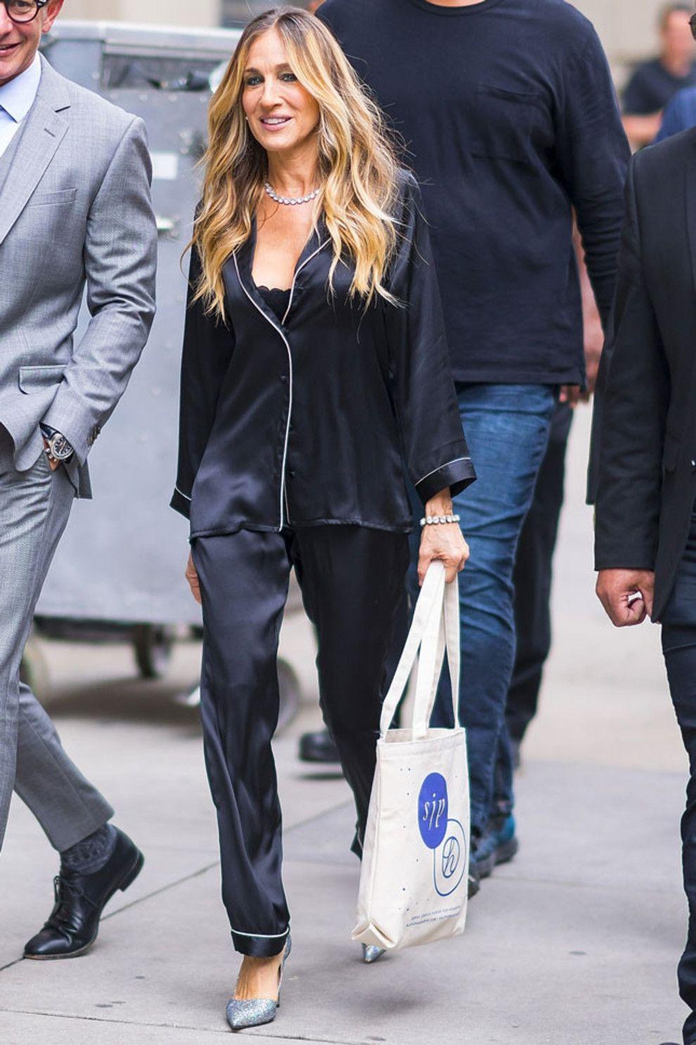 В пижаме и с голой грудью: Сара Джессика Паркер покорила Нью-Йорк новым выходом - фото 388531