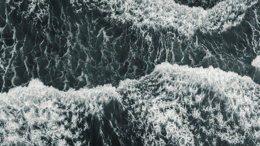 Природа поражает: фотограф показал, как с высоты выглядит шторм в Тихом океане - фото 388977