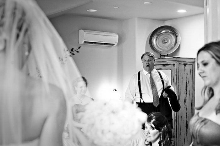 Как мило: эмоциональные фото, на которых отцы впервые видят дочерей в свадебных платьях - фото 390007