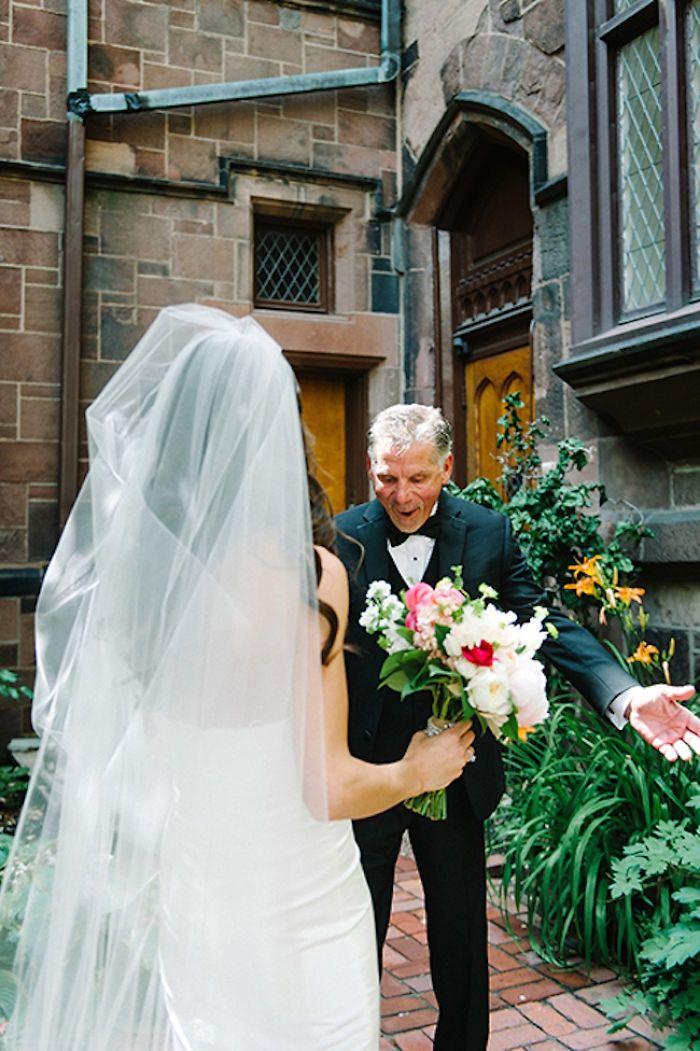Как мило: эмоциональные фото, на которых отцы впервые видят дочерей в свадебных платьях - фото 390018