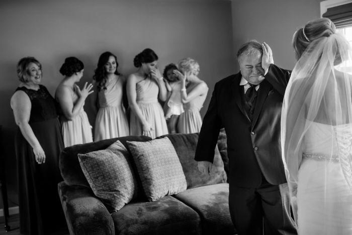 Как мило: эмоциональные фото, на которых отцы впервые видят дочерей в свадебных платьях - фото 389996