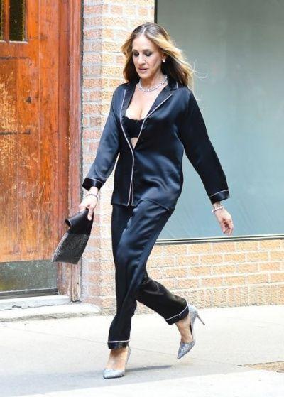 В пижаме и с голой грудью: Сара Джессика Паркер покорила Нью-Йорк новым выходом - фото 388533