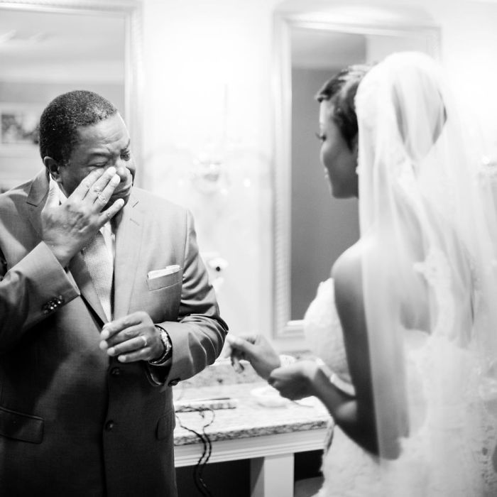 Как мило: эмоциональные фото, на которых отцы впервые видят дочерей в свадебных платьях - фото 390006
