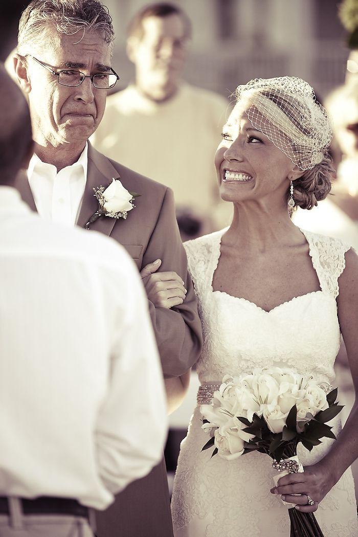 Как мило: эмоциональные фото, на которых отцы впервые видят дочерей в свадебных платьях - фото 390017
