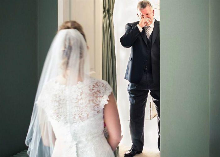 Как мило: эмоциональные фото, на которых отцы впервые видят дочерей в свадебных платьях - фото 390001