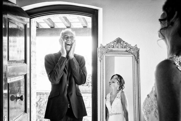 Как мило: эмоциональные фото, на которых отцы впервые видят дочерей в свадебных платьях - фото 390015