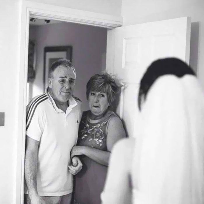 Как мило: эмоциональные фото, на которых отцы впервые видят дочерей в свадебных платьях - фото 390000