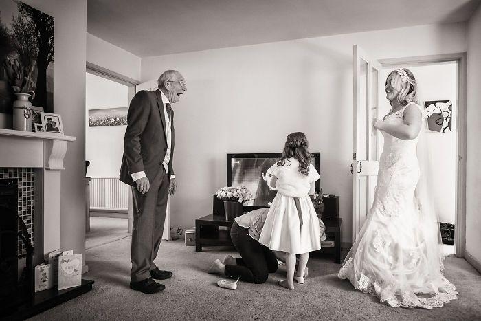 Как мило: эмоциональные фото, на которых отцы впервые видят дочерей в свадебных платьях - фото 390008