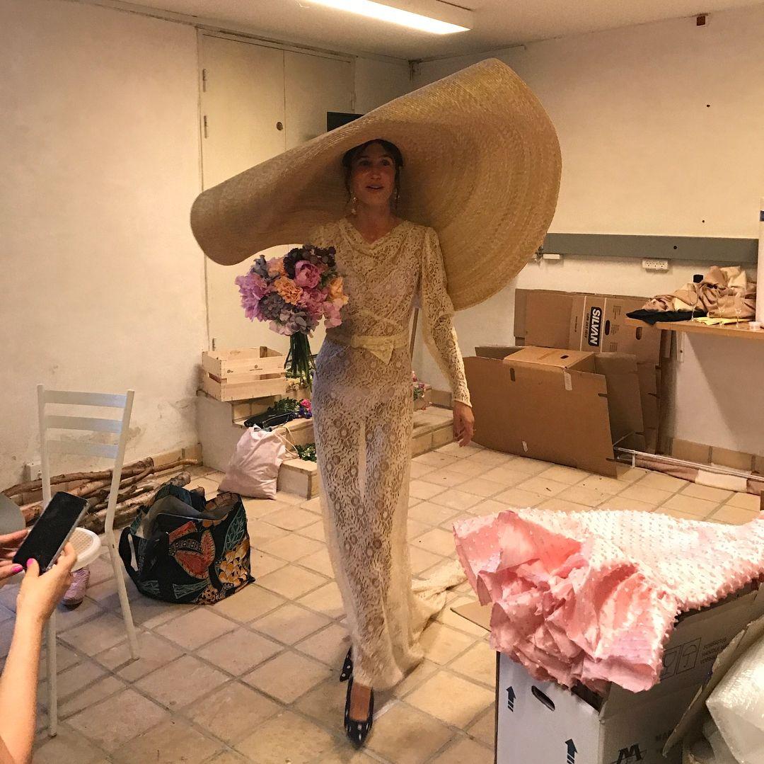 Девушка шокировала неожиданным и очень смелым нарядом на собственной свадьбе - фото 388305