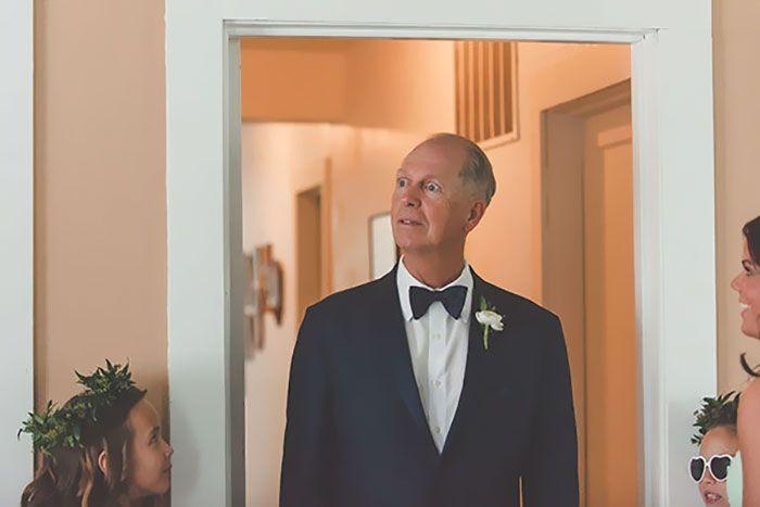 Как мило: эмоциональные фото, на которых отцы впервые видят дочерей в свадебных платьях - фото 390005