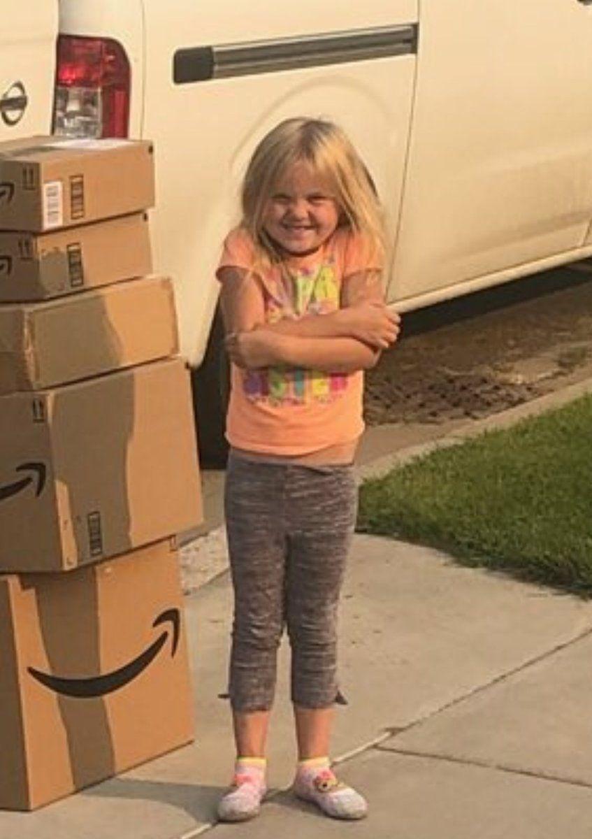 Неслухняна дівчинка таємно від мами накупила гору іграшок та цим розсмішила весь світ - фото 397989