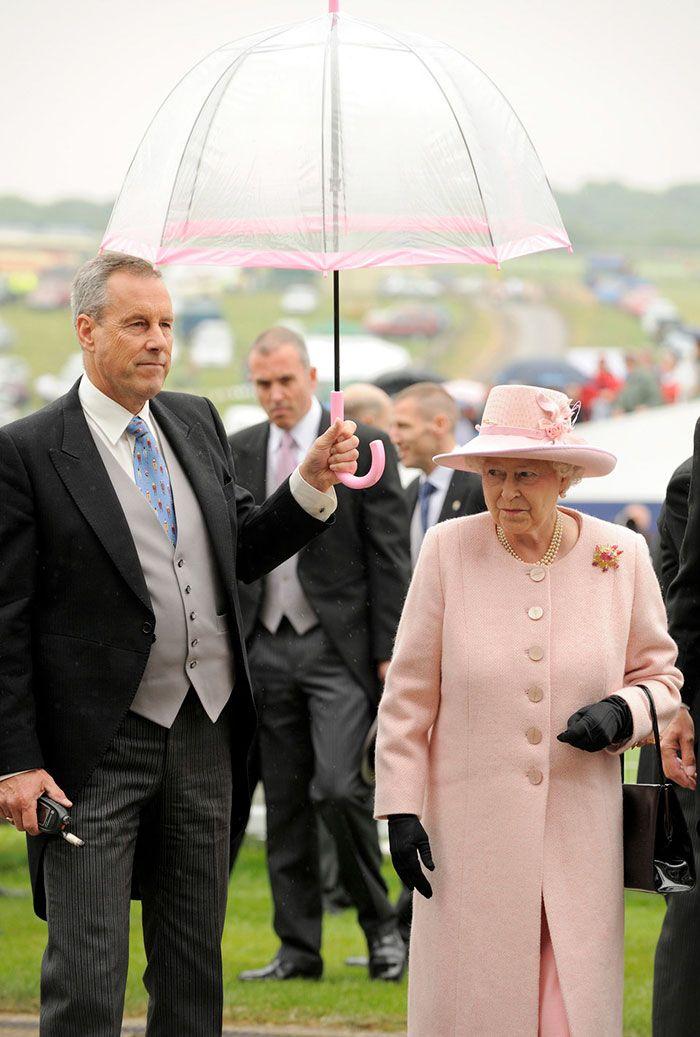 В мережі знайшли неочікуваний доказ, що Єлизавета ІІ ще та модниця - фото 401100