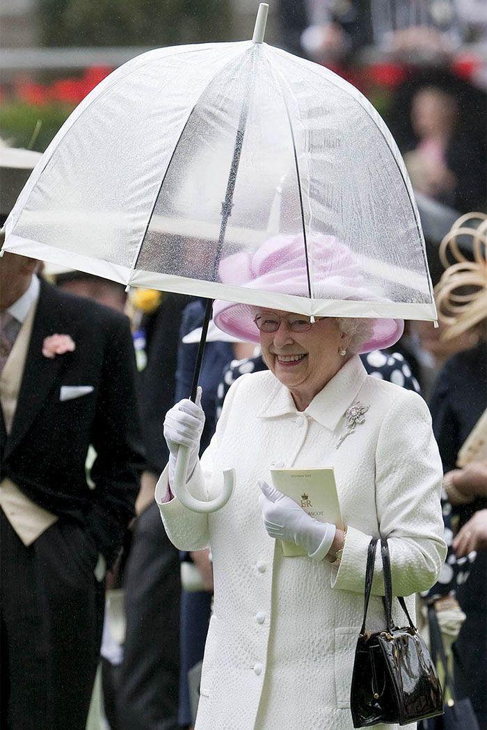 В мережі знайшли неочікуваний доказ, що Єлизавета ІІ ще та модниця - фото 401105