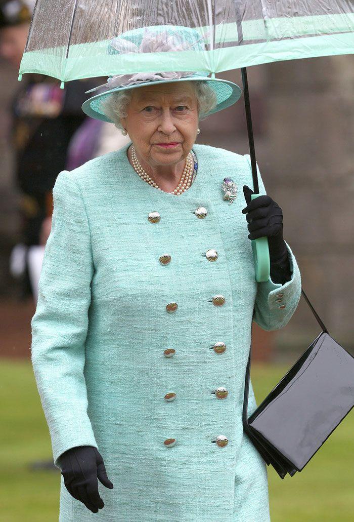В мережі знайшли неочікуваний доказ, що Єлизавета ІІ ще та модниця - фото 401106
