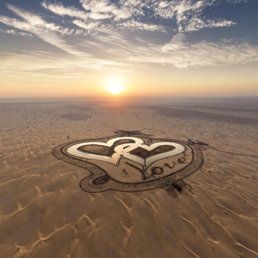 В Дубае появилось озеро в форме переплетенных сердец, которое поражает своей красотой - фото 413184
