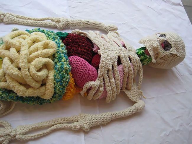 Божевільне мистецтво: художниця зв'язала копію людського скелета - фото 419889