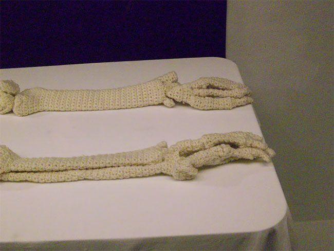 Божевільне мистецтво: художниця зв'язала копію людського скелета - фото 419893