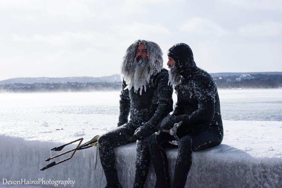Скажені серфери-супергерої підкорили хвилі в мороз, і ось що з цього вийшло - фото 420848