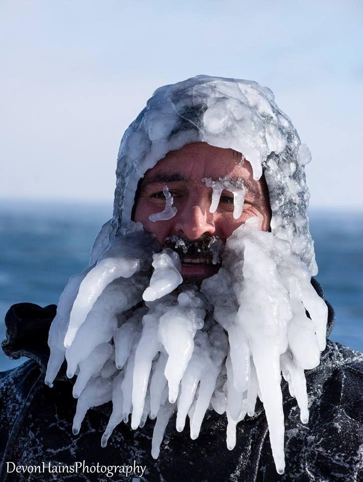 Скажені серфери-супергерої підкорили хвилі в мороз, і ось що з цього вийшло - фото 420849