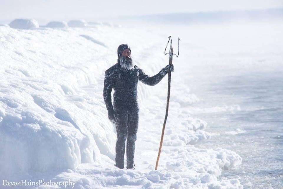 Скажені серфери-супергерої підкорили хвилі в мороз, і ось що з цього вийшло - фото 420850