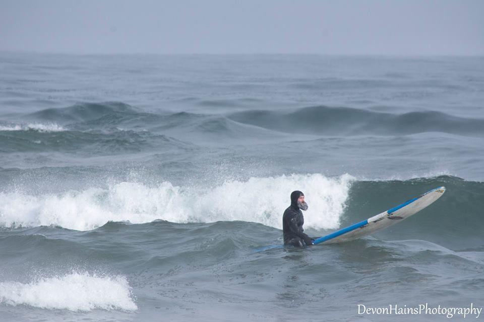 Скажені серфери-супергерої підкорили хвилі в мороз, і ось що з цього вийшло - фото 420851
