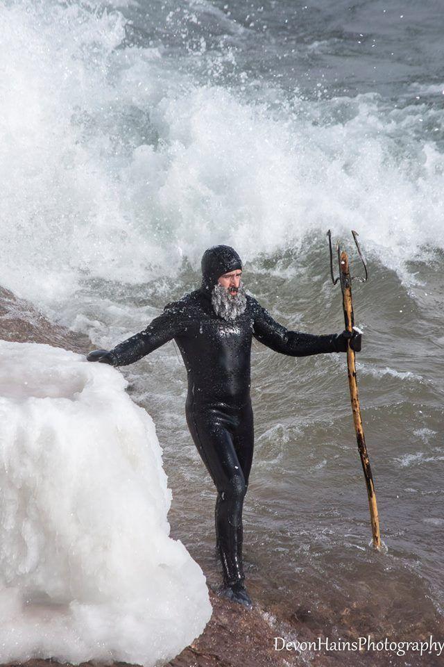 Скажені серфери-супергерої підкорили хвилі в мороз, і ось що з цього вийшло - фото 420852