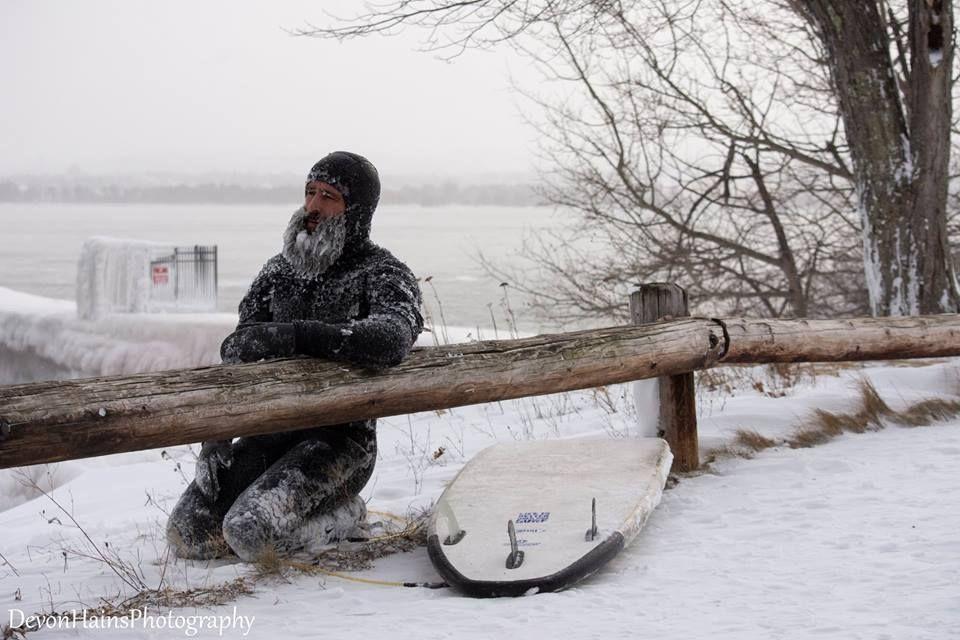 Скажені серфери-супергерої підкорили хвилі в мороз, і ось що з цього вийшло - фото 420853