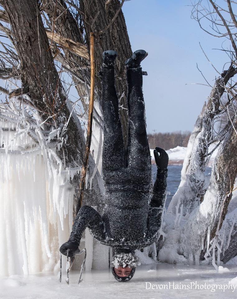 Скажені серфери-супергерої підкорили хвилі в мороз, і ось що з цього вийшло - фото 420854