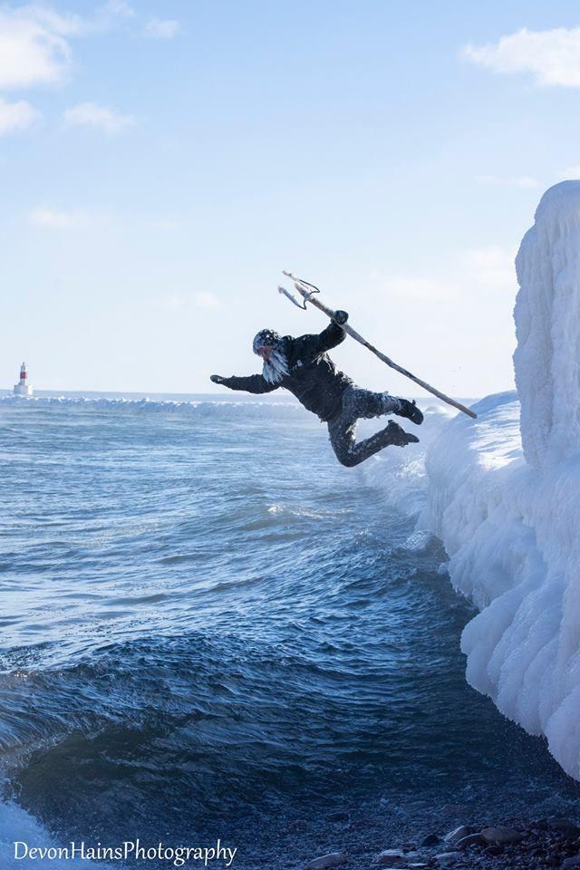Скажені серфери-супергерої підкорили хвилі в мороз, і ось що з цього вийшло - фото 420855