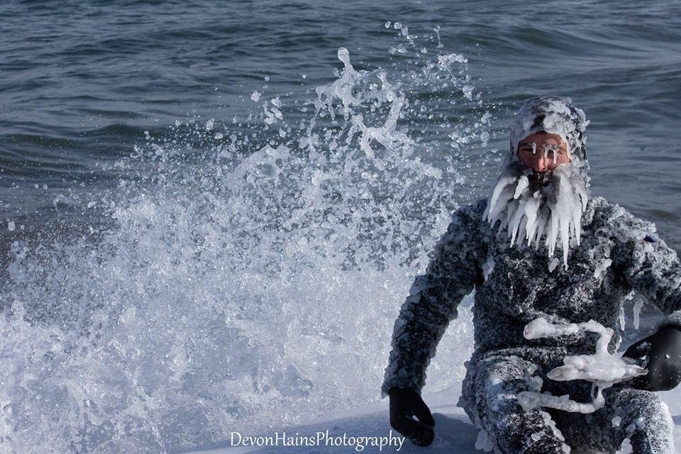 Скажені серфери-супергерої підкорили хвилі в мороз, і ось що з цього вийшло - фото 420856