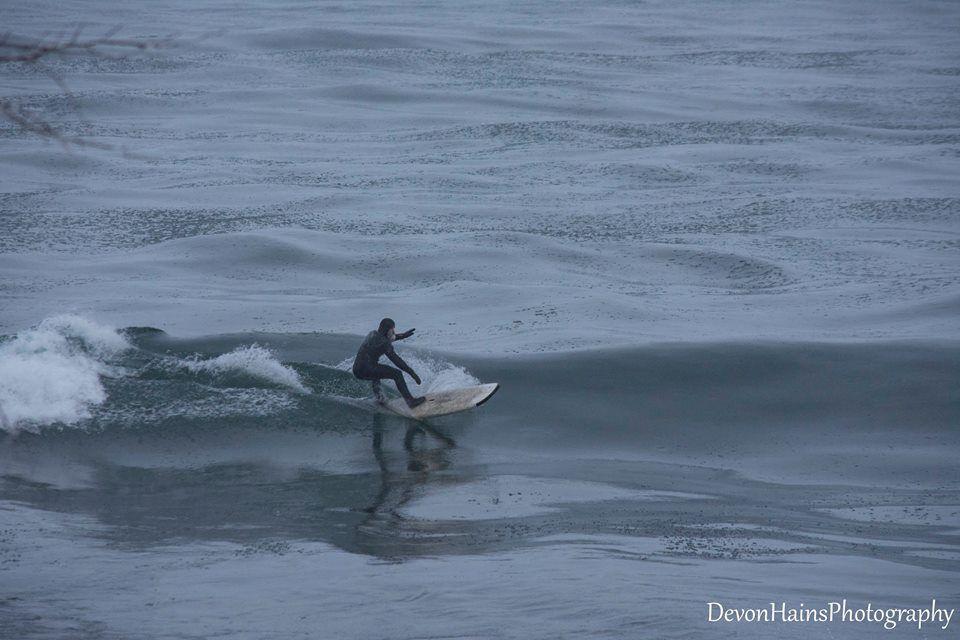 Скажені серфери-супергерої підкорили хвилі в мороз, і ось що з цього вийшло - фото 420859