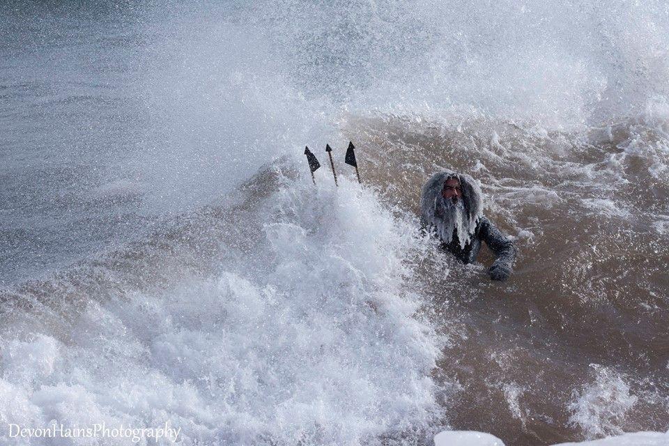 Скажені серфери-супергерої підкорили хвилі в мороз, і ось що з цього вийшло - фото 420861