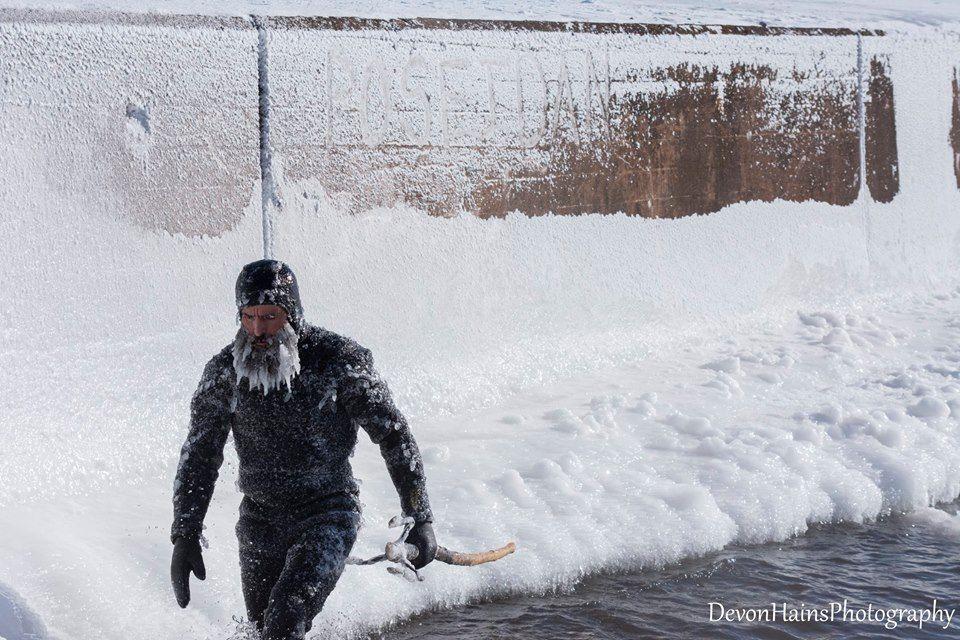 Скажені серфери-супергерої підкорили хвилі в мороз, і ось що з цього вийшло - фото 420863