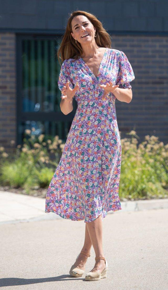 Королева Іспанії і Кейт Міддлтон носять однакове взуття - схоже, це тренд - фото 482927