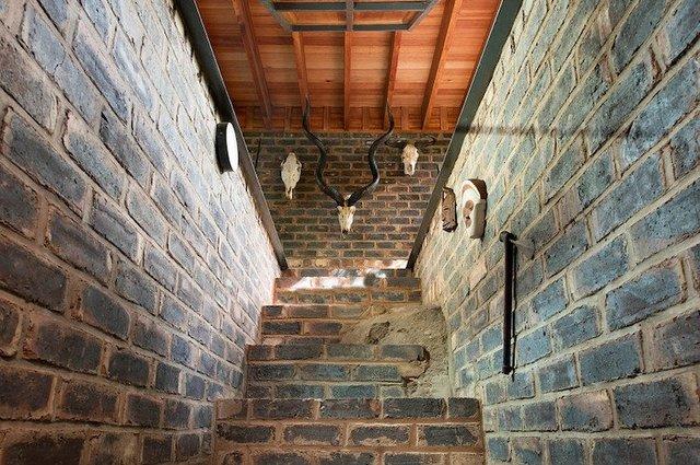 Ювелірно: у Африці звели надвузький будинок посеред лісу, аби не чіпати жодного дерева - фото 486567