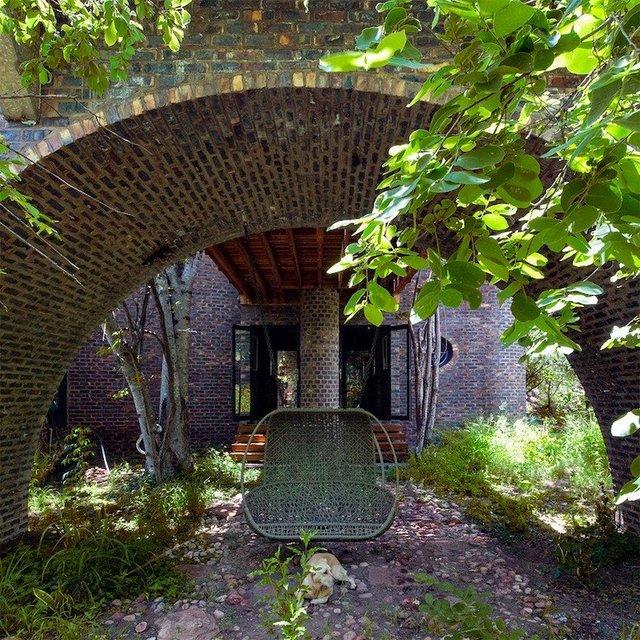 Ювелірно: у Африці звели надвузький будинок посеред лісу, аби не чіпати жодного дерева - фото 486573