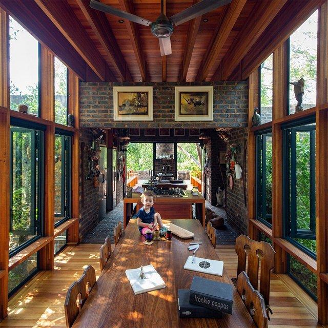 Ювелірно: у Африці звели надвузький будинок посеред лісу, аби не чіпати жодного дерева - фото 486575