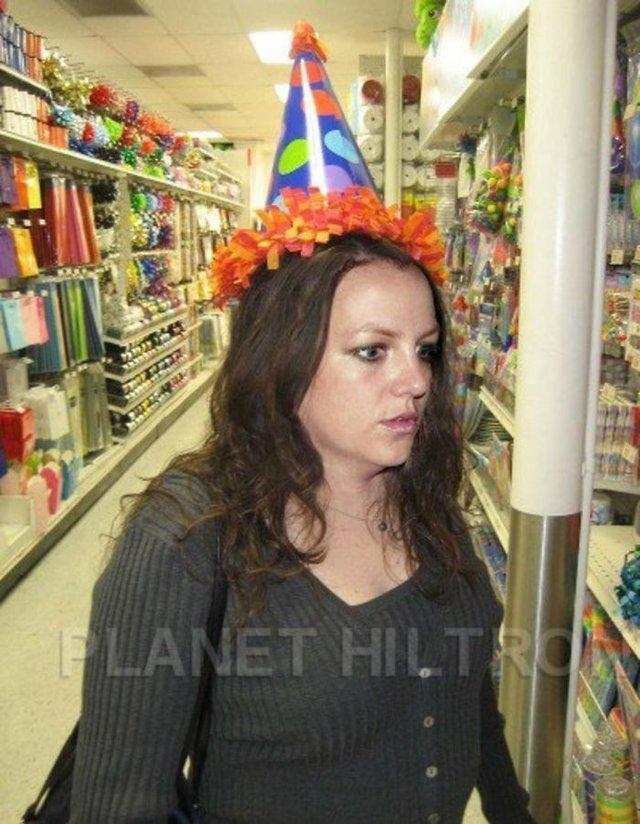 Фотошоп перетворив голлівудських зірок у звичайних людей зі смішними зачісками й одягом - фото 483411