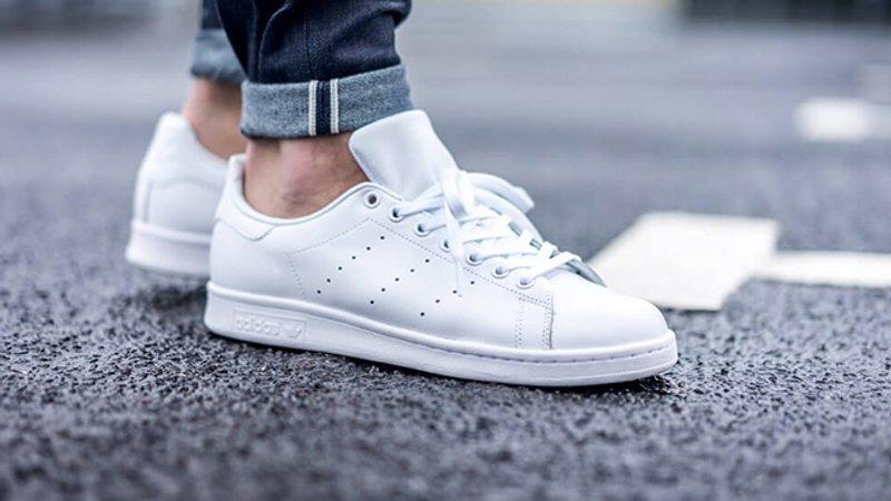 Модні поради  як носити білі кросівки - Люкс FM 9780308b255d9