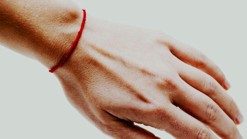 Червона нитка  як правильно зав язати і для чого її носять - Люкс FM 392b31806e1ae