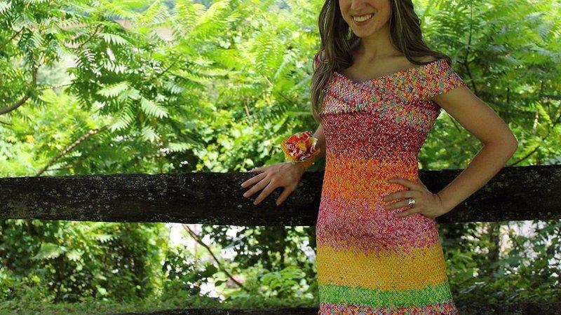 Американка створила неймовірне вбрання з обгорток цукерок