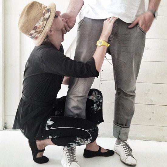 девушка стоит на коленях застегивает рубаху парнюфото