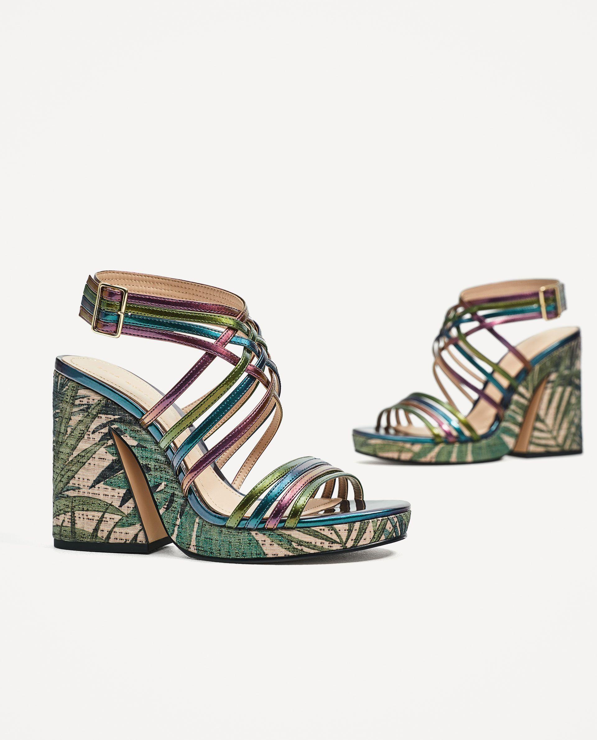 211485f28559e1 Якщо ж ви любите моделі на плоскій підошві, відмінний варіант - сандалі або  шльопанці. Вони не тільки зручні, але і неймовірно модні в цьому сезоні.