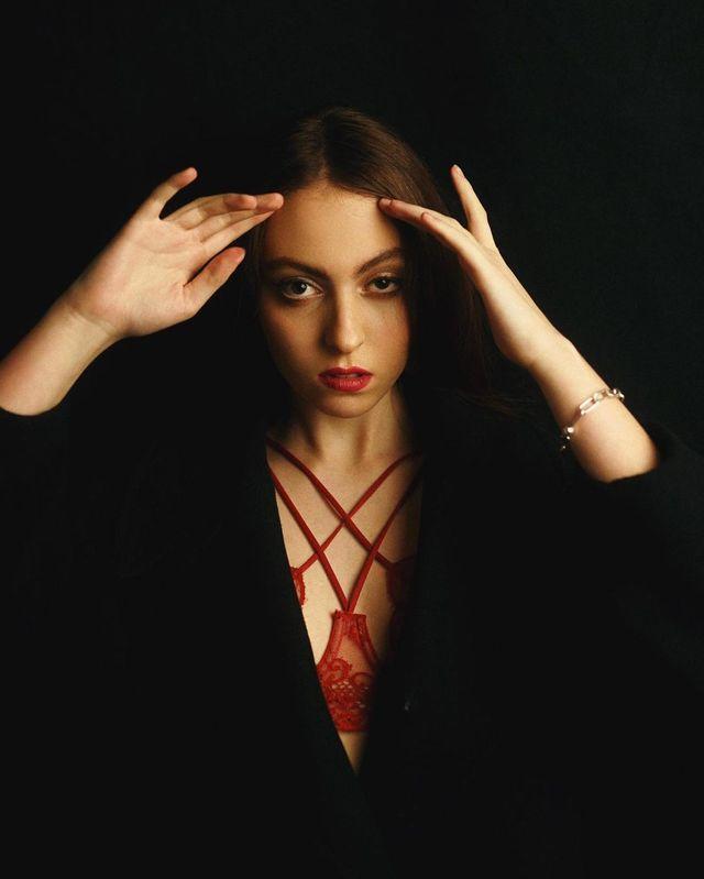 Красное белье и яркие губы: дочь Оли Поляковой поразила взрослым образом - фото 497009