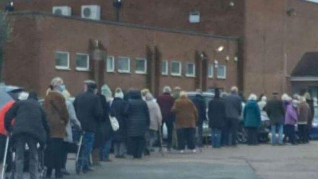 Різниця непомітна: британська поліція сплутала вакцинацію пенсіонерів з вечіркою - фото 504394