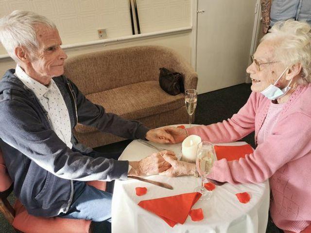 Ковид на год разлучил пару, которая прожила 60 лет, и их встреча - как сцена из мелодрамы - фото 505698