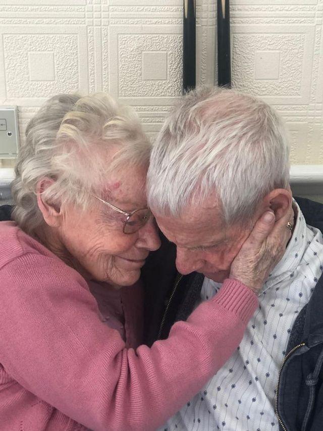 Ковид на год разлучил пару, которая прожила 60 лет, и их встреча - как сцена из мелодрамы - фото 505699