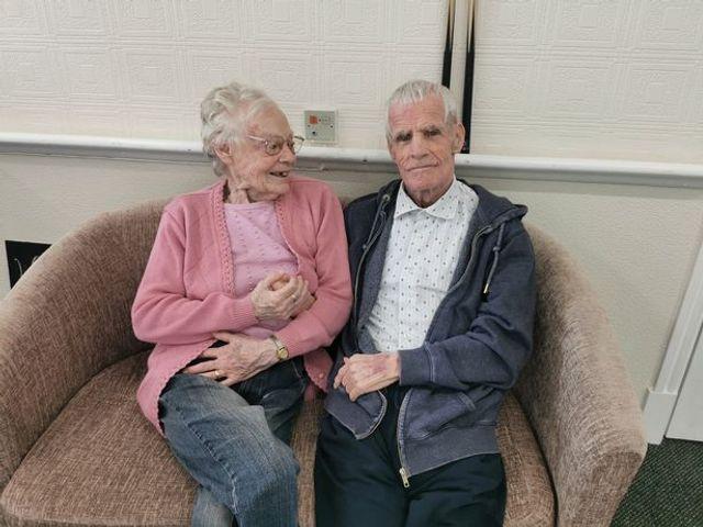 Ковид на год разлучил пару, которая прожила 60 лет, и их встреча - как сцена из мелодрамы - фото 505700