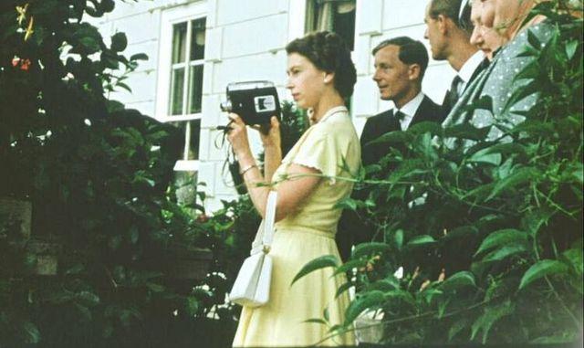 Звичайна жінка і мама: з'явилися невідомі раніше фото Єлизавети ІІ - фото 511562
